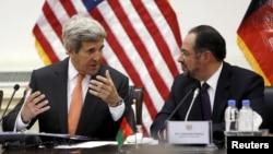 Ngoại trưởng Mỹ John Kerry và người đồng cấp Afghanistan Salahuddin Rabbani hội đàm ở Kabul hôm 9/4.