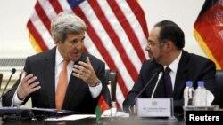美国国务卿克里(左)在喀布尔与阿富汗外长拉巴尼交谈。(2016年4月9日)