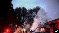 Las autoridades no concretaron cuántas de las víctimas eran pasajeras y cuántas estaban en las casas.