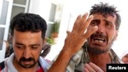Cha khóc con trai thiệt mạng tại thị trấn Azaz trong thành phố Aleppo, ngày 21/8/2012