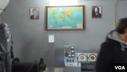 莫斯科市中心一家地下掩体中悬挂着肯尼迪和赫鲁晓夫画像,当时美苏两国面临核冲突边缘。冷战时代为应对美国核打击而兴建的这家掩体目前已对外开放。