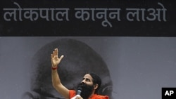 India's popular yoga teacher Swami Ramdev speaks at Ramlila grounds where veteran Indian social activist Anna Hazare was fasting, in New Delhi August 24, 2011.