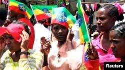 Des jeunes éthiopiennes avec le drapeau national éthiopien le 16 mai 2010.
