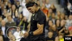 Rafael Nadal melaju ke semifinal ATP World Tour Finals setelah menyingkirkan petenis Republik Ceko Tomas Berdych, 7-6, 6-1.
