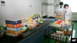 中国出入境检查人员在检查食品安全。(资料照)