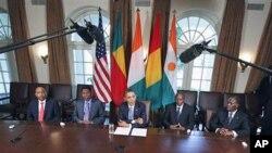 图为奥巴马总统7月29日在白宫内阁厅会见(从左至右)尼日尔总统优素福、贝宁总统亚伊、几内亚总统孔德、尼日尔总统优素福和科特迪瓦总统瓦塔拉。