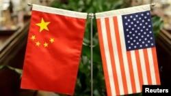 2017年6月30日中国农业部长韩长赋和美国农业部长桑尼·珀杜谈判会上展示的中美国旗
