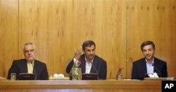 Presiden Iran Mahmoud Ahmadinejad (tengah) , Kepala Staf untuk Presiden Iran Esfandiar Rahim Mashaei (kanan) dan Wakil Presiden Mohammad Reza Rahimi dalam rapat kabinet Iran di Tehran (Foto: dok).