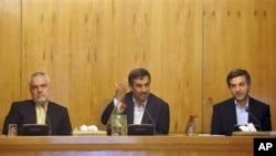 Eron prezidenti Mahmud Ahmadinejod (o'rtada), vitse-prezident Muhammad Rizo Rahimiy (chapda), Tehron, 1-may, 2011-yil