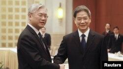 Ông Zhang Zhijun (phải), giám đốc Văn phòng Đài Loan Sự vụ của Trung Quốc bắt tay ông Andrew Hsia, Chủ tịch Hội đồng Hoa lục Sự vụ của Đài Loan tại Quảng Châu, tỉnh Quảng Đông ngày 14/10/2015.