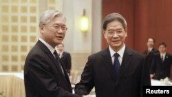 国台办主任张志军(右)与时任陆委会主委夏立言2015年10月14日在广州会晤(路透社)