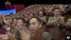 朝鲜视频截图:朝鲜军人在平壤庆祝洲际弹道导弹首次发射成功的会场向朝鲜领导人金正恩欢呼鼓掌。(资料照片)