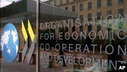 Logo di pintu masuk markas besar Organisasi untuk Kerjasama dan Pembangunan Ekonomi (OECD) di Paris, Perancis, 7 Juni 2019. (Foto: dok).