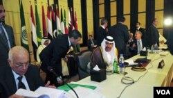 PM Qatar dan Menlu Sheikh Hamad bin Jassim al-Thani (tengah) berbicara ke Sekjen Liga Arab Nabil al-Arabi (kiri) di Kairo (24/11).