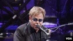 Penyanyi Elton John saat melakukan konser di New York, 19 Oktober 2010.