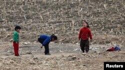 16일 북한 신의주 압록강변의 북한 어린이들. (자료사진)
