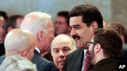 Venesuela Prezidenti Nikolas Maduro Braziliyada AQSh Vitse-prezidenti Jo Bayden bilan qo'l berib ko'rishmoqda, Brazilia shahri, 1-yanvar, 2015-yil
