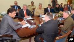 Perdana Menteri Pakistan Imran Khan (kiri) bertemu dengan Menteri Luar Negeri AS, Mike Pompeo (depan), di Islamabad, Pakistan, 5 September 2018. (Foto: Departemen Informasi Pers Pakistan.)