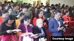 အင္ဒီယားနားျပည္နယ္က ခ်င္းအသင္းေတာ္မွာ ဆုေတာင္းေနစဥ္ (Facebook -Chin Evangelical Baptist Church, Indianapolis, USA)