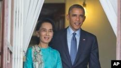 바락 오바마 미국 대통령(오른쪽)이 지난 2014년 11월 미얀마 양곤의 아웅산수치 여사 자택을 방문한 후, 공동기자회견을 위해 아웅산 수치 여사와 함께 걸어나오고 있다. (자료사진)