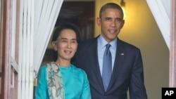 ປະທານາທິບໍດີ ສະຫະລັດ ທ່ານ Barack Obama ຍ່າງກັບ ທ່ານນາງ Aung San Suu Kyi ທີ່ບ້ານພັກຂອງທ່ານ ນາງ ກ່ອນກອງປະຊຸມນັກຂ່າວ.