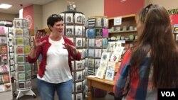 Becky Anderson Wilkins, seorang pemilik toko buku di Naperville, Illinois (foto: ilustrasi).