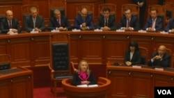 Hilari Klinton obraća se albanskom parlamentu.