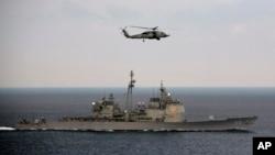 """Гелікоптер США пролітає над есмінцем США """"Теодор Рузвельт"""""""