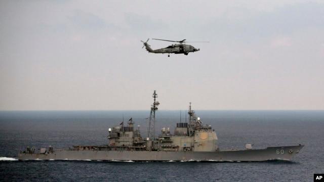 Trực thăng hải quân Mỹ đáp xuống boong hàng không mẫu hạm USS Theodore Rossevelt.