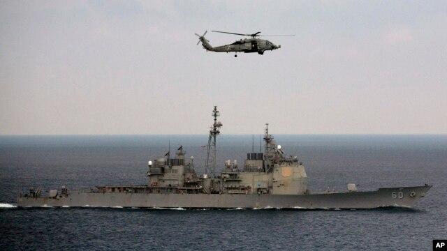 Trực thăng bay trên tàu hải quân Mỹ trong một cuộc tập trận ở Vịnh Bengal. (Ảnh tư liệu ngày 17 tháng 10, 2015).