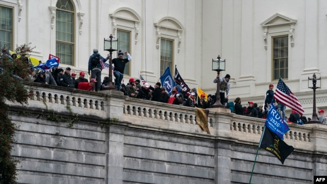 تصاویر: صدر ٹرمپ کے حامیوں کی کیپٹل ہل پر چڑھائی