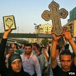 Warga muslim dengan mengangkat Al-Quran menunjukkan solidaritas terhadap tewasnya para demonstran Kristen Koptik oleh aparat keamanan Mesir (10/10).
