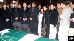 وزیراعظم گیلانی، وفاقی وزرا اور مقتول گورنر کے اہل خانہ سلمان تاثیر کے تابوت کے قریب کھڑے ہوئے (فائل فوٹو)