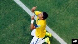 El defensa de Brasil, Thiago Silva, agradece al cielo tras marcar en el triunfo de su equipo 2-1 ante Colombia.