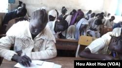 South Sudanese children sit an exam in a high school in Aweil in Northern Bahr el Ghazal state on March 20, 2013. (VOA/Hou Akot Hou)