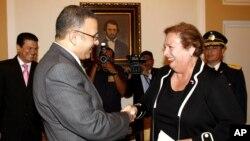 La embajadora de Estados Unidos en El Salvador Mari Carmen Aponte saluda al presidente salvadoreño Mauricio Funes.