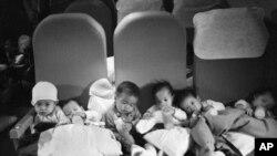 Những em bé mồ côi người Việt ngồi trên chiếc máy bay vận tải C-5A Galaxy, đây là chuyến bay đầu tiên của Chiến dịch Babylift, cất cánh từ sân bay Tân Sơn Nhứt trong giai đoạn cuối của cuộc chiến tranh Việt Nam, ngày 04 tháng 4, 1975. Vài phút sau khi cất cánh, chiếc máy bay đã gặp nạn.