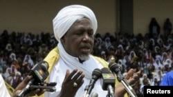 Mahmoud Dicko priant pour la paix lors d'un meeting a Bamako, 12 aout, 2012.