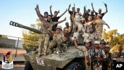 11일 리비아 시르테에 진입한 친정부군 병사들이 이슬람 극단주의 무장단체 ISIL 점령지를 탈환한 후 환호하고 있다. 리비아 군은 ISIL 주요 거점을 포함해 시르테의 70%를 탈환했다고 밝혔다.