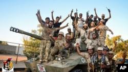 Pasukan Libya dukungan PBB merayakan kemenangan dalam pertempuran melawan ISIS di Sirte (11/8).