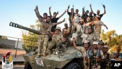 Các lực lượng do Hoa Kỳ hậu thuẫn ăn mừng sau khi tái chiếm Sirte ở Libya từ tay nhóm Nhà nước Hồi giáo ngày 11 tháng 8 năm 2016.