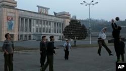 지난 2월 평양 김일성 광장에서 북한 주민들이 배구를 하고 있다. (자료사진)