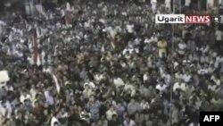 Ảnh trích từ video của một nhà quay video nghiệp dư cho thấy đám đông dân chúng tụ họp trong thị trấn Rastan hôm 17/8/11 hô to các khẩu hiệu chống Tổng thống al-Assad