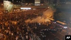 香港警方向示威者發放催淚彈