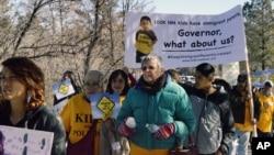 Defensores de los inmigrantes protestan contra la propuesta de revocar la ley que otorga licencias de conducir a los inmigrantes indocumentados en Nuevo México.