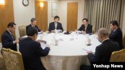 북한의 서해상 포사격 훈련과 관련해 31일 김장수 한국 청와대 국가안보실장(오른쪽 세번째) 주재로 국가안전보장회의(NSC) 상임회의가 긴급소집됐다.