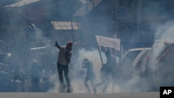 بھارتی کشمیر میں سیکیورٹی فورسز اور مظاہرین میں جھڑپیں۔ فائل فوٹو۔