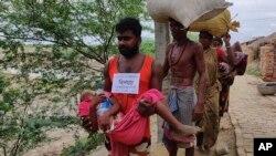 کم و بیش سه میلیون نفر در هند و بنگلهدیش از محلات اصلی شان به ساحات امن منتقل شده اند.