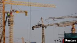 北京一处建筑工地林立的塔吊。(2021年1月13日)