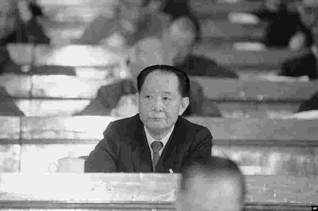 """1987年3月25日,已经不再是中共总书记的政治局委员胡耀邦在北京作为全国人大常委会主席团成员亮相,这是他自1986年12月以来的第一次公开露面。在被称为""""十年浩劫""""的文革结束后,他先后出任中央党校常务副校长和中组部部长,开始全国的平反冤假错案的""""拨乱反正""""工作。胡耀邦1981年6月被邓小平等元老推选为中共中央主席,1982年中共废除主席职务后改任总书记,但由于胡耀邦相对开明,引发党内保守派元老不满,1987年1月在邓小平主导下被以反对资产阶级自由化不力遭罢黜下台。当时,只有习近平的父亲、政治局委员、中央书记处书记习仲勋为胡耀邦出面,斥责元老违反原则,逼迫胡耀邦下台。后来习仲勋遭到压制。"""
